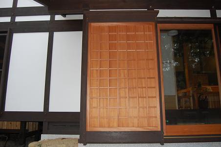 木製の雨戸の戸袋です:伝統構法...